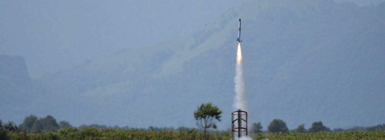 Lancement d'une mini fusée EirSpace